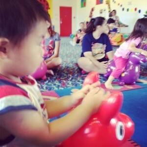 WeePlay & Learn プリ二歳児クラス ローディに乗りながら歌います。