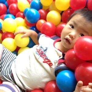 WeePlay & Learn プリ二歳児クラス ボールのプールにダイブ!