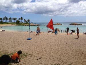 入り江になっており、波は小さいですがそれでも次男は砂遊び