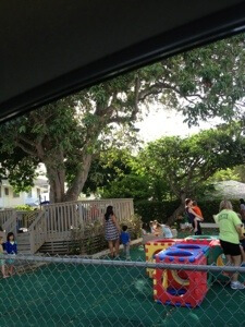 朝は園庭で遊ぶ時間が一時間あるのでその間に連れてきてドロップオフです。