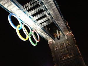 タワーブリッジ。シドニー五輪のように橋に五輪マークが。