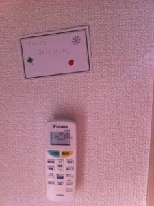 リモコンも壁かけ設置しておきます。 時には必殺のPOP広告も。