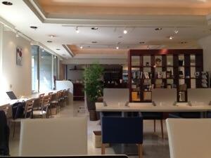 青山に新しくできたインターネット完備カフェ。初めて来ましたが快適です