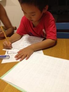 幼稚園といえども宿題がガンガン出ます。まずはアルファベットで名前を書く練習。