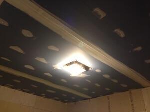 天井がなぜかタイル貼りだったのでドライウォールに変更です。