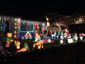近所の家のイルミネーション。来年は少しやっちゃおうかなー