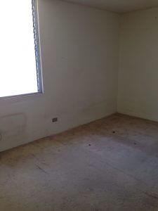 ベッドルーム1。絨毯→フロ―リング、壁の塗装が必用です。