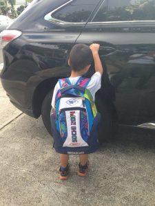 ハワイで子育て:長男学校いくよー!ソチ土産の新しいバックパックで登校です。