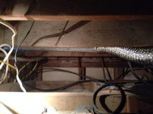 ハワイでリフォーム:排気管がファンから屋根裏を伝って外にいきます。