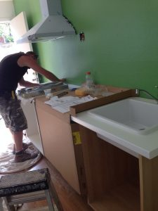 ハワイでリフォーム:キッチンの取り付けも始まりましたー。