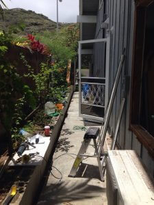 ハワイでリフォーム:賃貸部屋の外はまだ散らかっています。