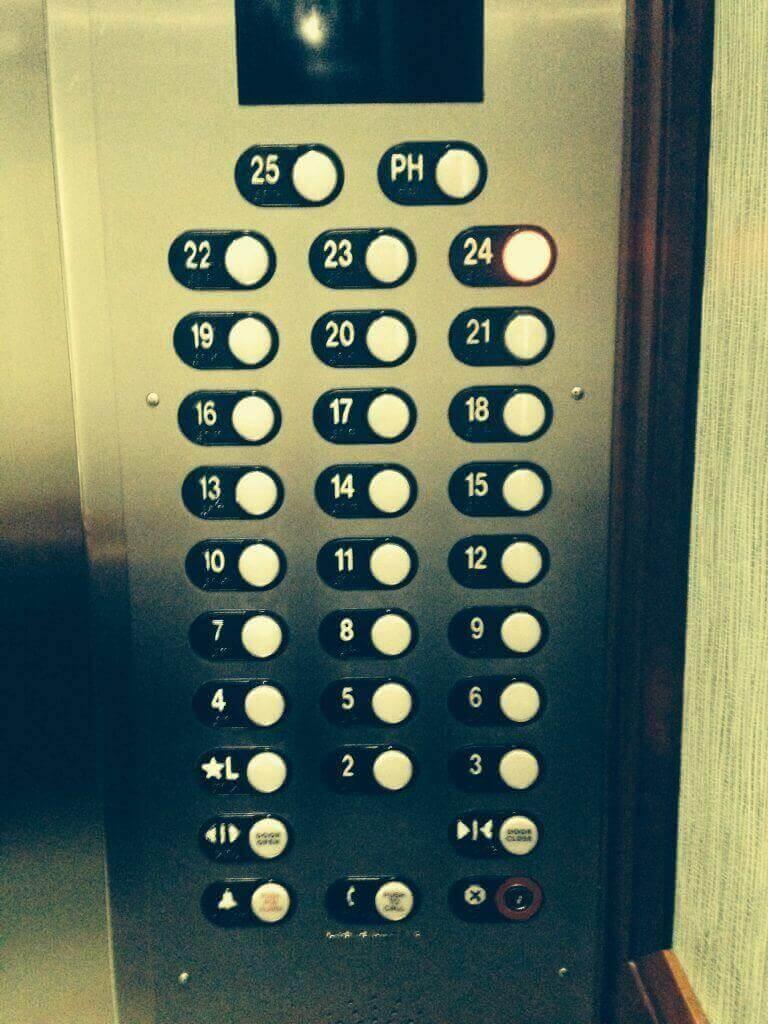 ハワイで大家:イリカイエレベーターです。今回売り出されている22−25階は今までホテルユースで今回初分譲。上はペントハウスだけですよ。