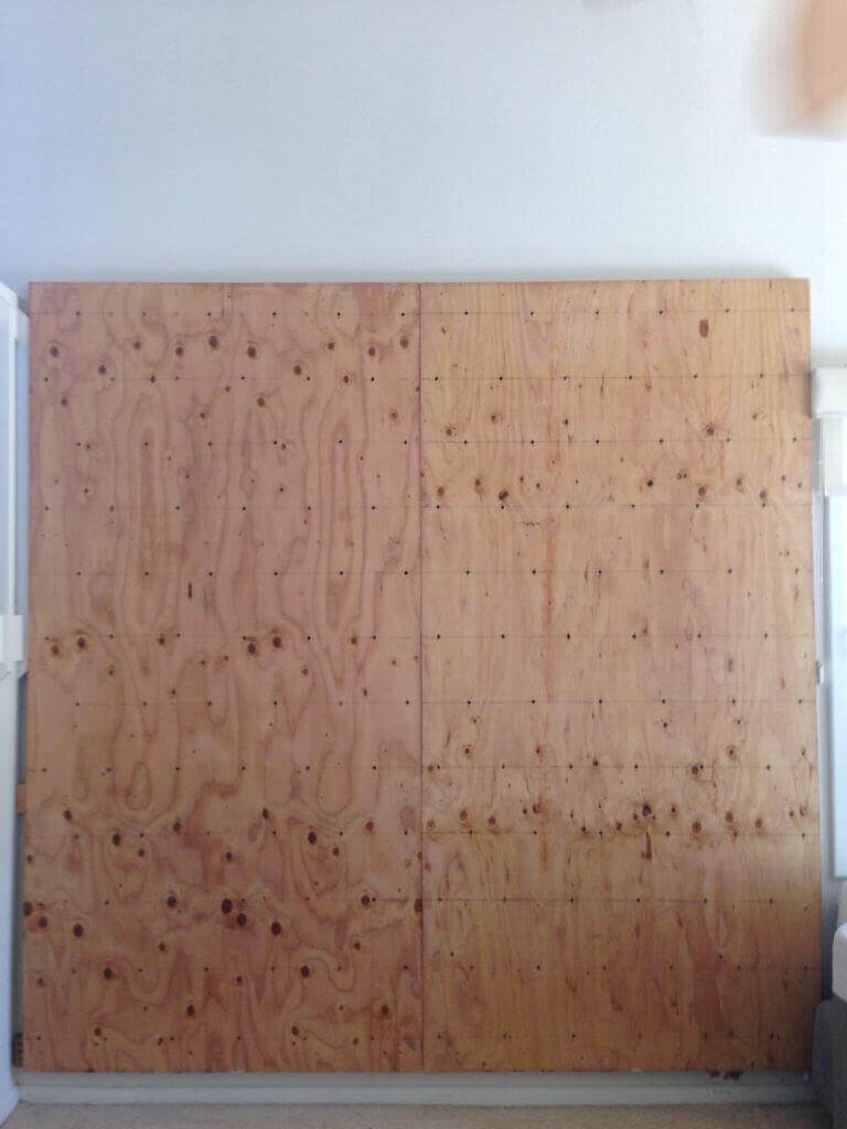ハワイで大家:合板をツーバイフォーで作ったフレームに固定します。
