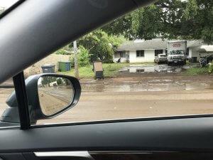 ハワイで大家:洪水の翌朝 ゴミ箱もいたるところに散乱